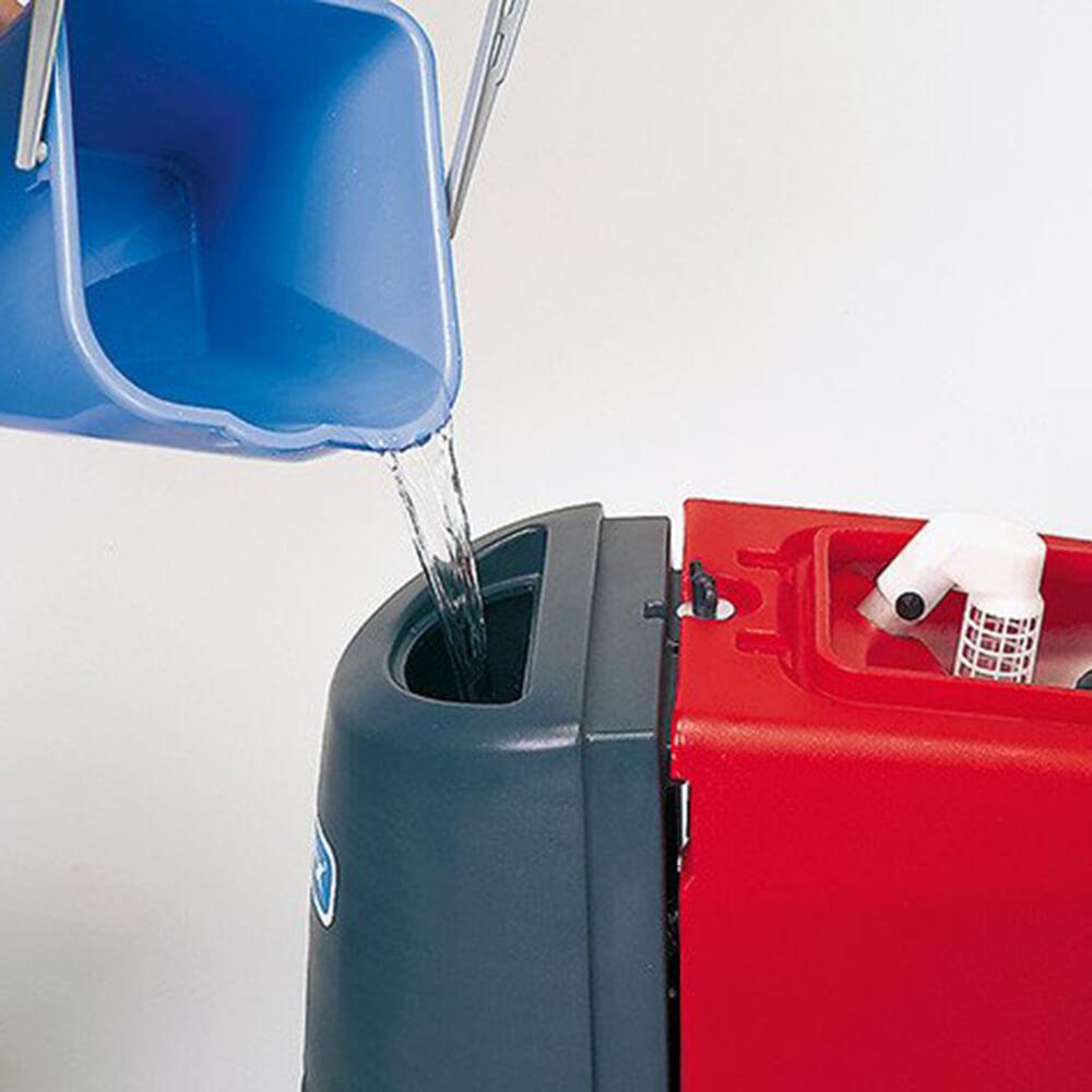 einfülln von wasser in Reinigungsmaschine