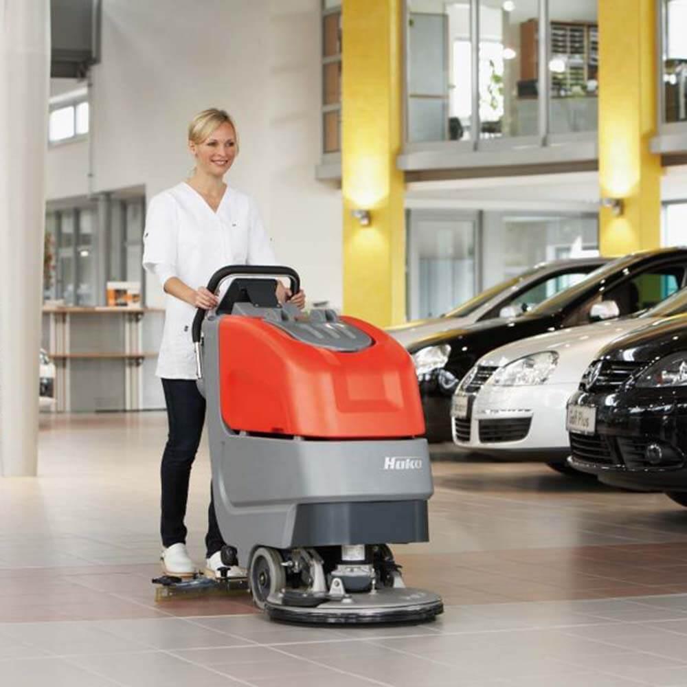 Autohaus Bodenreinigung mit Komag Maschine