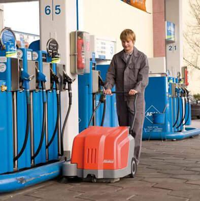 Handkehrmaschine bei einer Tankstelle