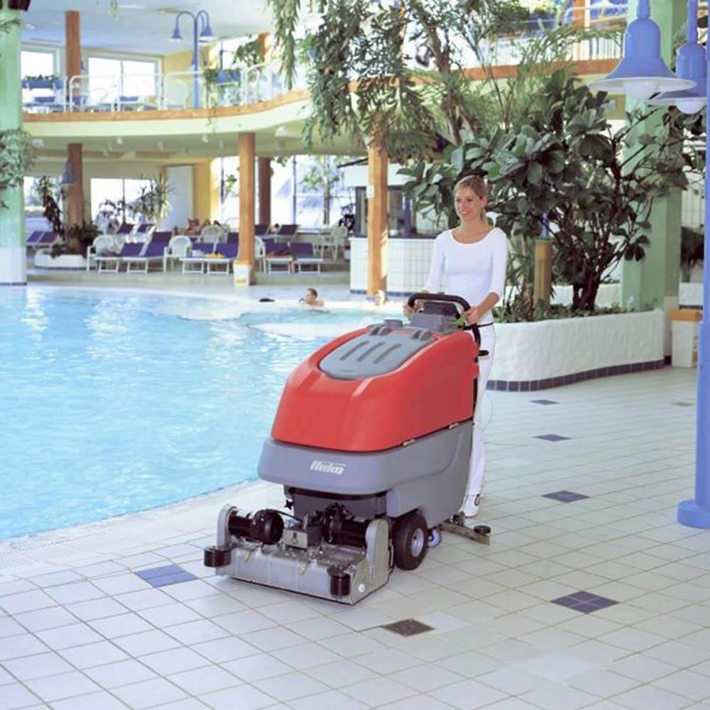 Schwimmbad Bodenreinigung mit Hako